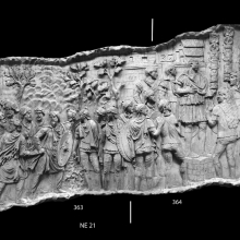 Scenes 136-137/CXXXVI-CXXXVII: Dacians glance back at the previous scene as they retreat after being repulsed by the Romans. To the right, Trajan, standing on a tribunal, addresses his troops in an adlocutio scene; a walled Dacian town, protected by a gate and tower, forms the backdrop (note the planks used to sheathe the roofs of the buildings).  From casts 362-365, now in the Museo della Civiltà Romana, Rome. Compare Cichorius Pl. C, scenes 136-137 and Coarelli Pls. 162-163. Ref: RBU2011.8271-composite.