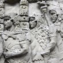 Scene 53/LIII (Suovetaurilia): Standard-bearers wearing the bearskin hood (pellis) watch Trajan preside over the suovetaurilia.  From casts 133-34, now in the Museo della Civiltà Romana, Rome. Compare Cichorius Pl. XXXVIII, scene 53 and Coarelli Pl. 55.  RBU2011.7119