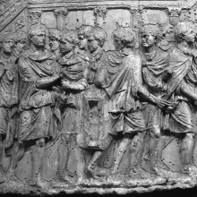 Scene 81/LXXXI (detail): The emperor is greeted by local citizens on the Dalmatian coast; all stand in front of a colonnaded temple precinct.